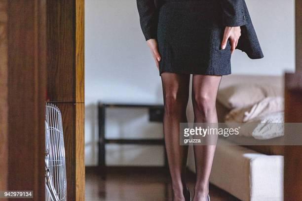 自宅に若い女性の肖像画の服を着るとの仕事のための準備 - タイツ ストックフォトと画像