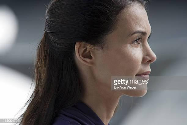 portrait of a young woman facing profile - menschlicher kopf stock-fotos und bilder
