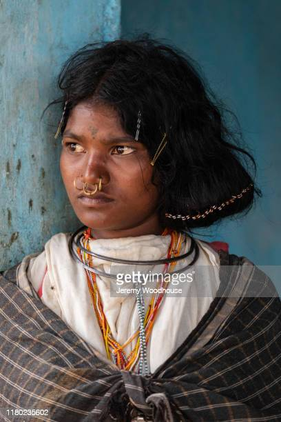 portrait of a young woman from the dangaria kandha or dongria kondh tribe - {{asset.href}} stockfoto's en -beelden