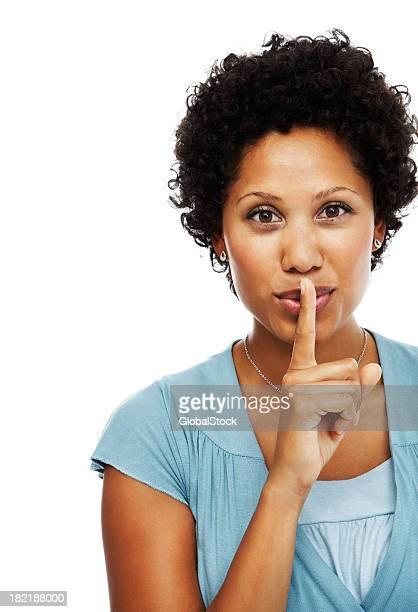 Portrait d'une jeune femme gestes silence