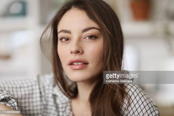 portrait of a young woman in a parisian apartment - belle femme photos et images de collection