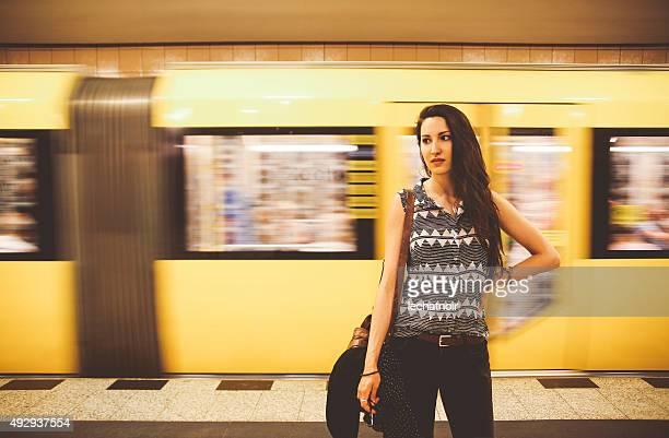 かけた若い女性のポートレート、ベルリンの地下鉄 - プレンツラウアーベルグ ストックフォトと画像