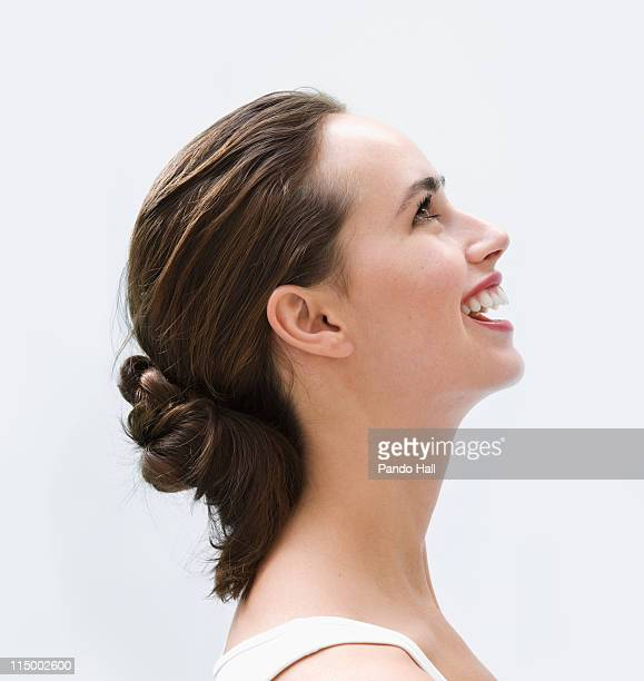 portrait of a young woman laughing, side view - coque cabelo para cima - fotografias e filmes do acervo
