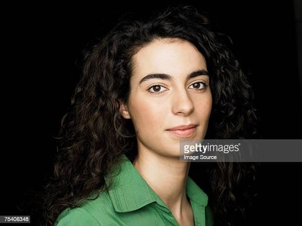 retrato de uma mulher jovem - fundo preto - fotografias e filmes do acervo