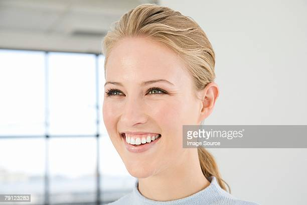 portrait of a young woman - paardenstaart haar naar achteren stockfoto's en -beelden