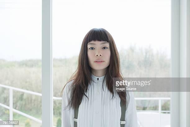 た若い女性のポートレート - 前髪 ストックフォトと画像