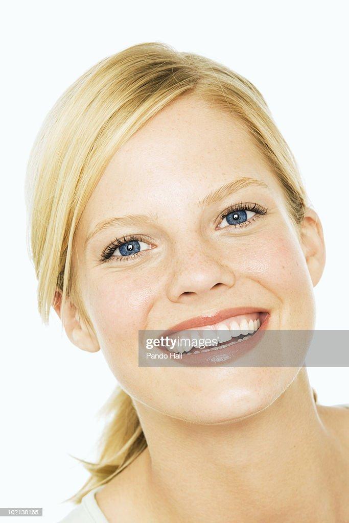 Portrait of a young woman smiling, close-up : Bildbanksbilder