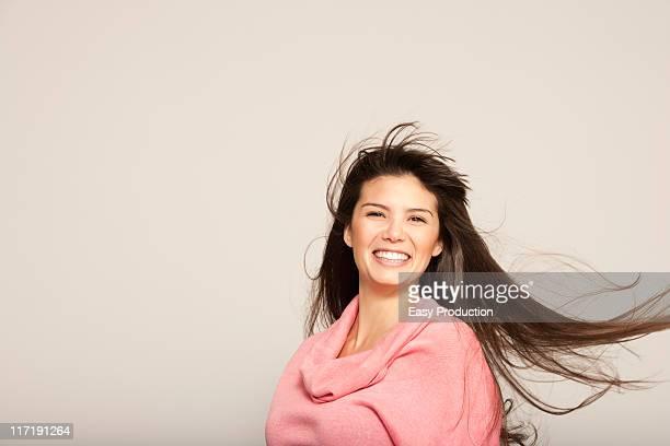 た若い女性のポートレート笑顔 - 吹く ストックフォトと画像