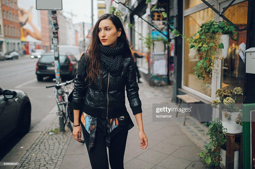 ベルリン・シェーネベルク地区を歩く若い女性の肖像 : ストックフォト