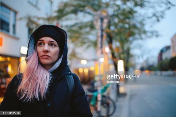 retrato de uma mulher nova que anda as ruas de berlim - low key - fotografias e filmes do acervo