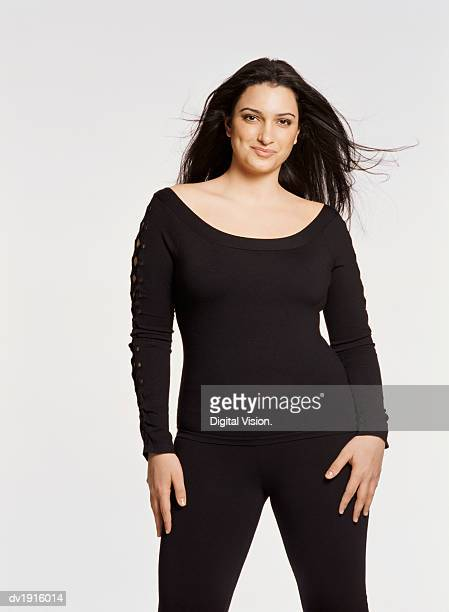 portrait of a young woman wearing black clothing against a white background - femme pulpeuse photos et images de collection