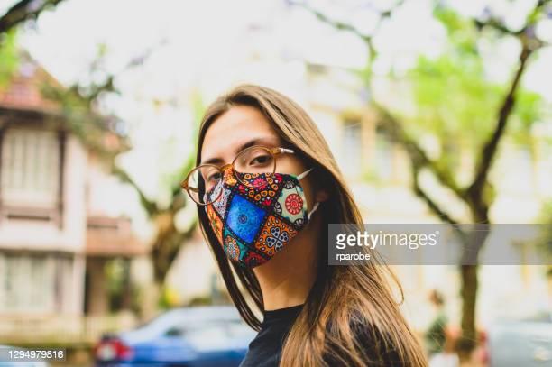 ポルト・アレグレの通りで、マスクを着用した若い女性の肖像画 - リオグランデドスル州 ストックフォトと画像