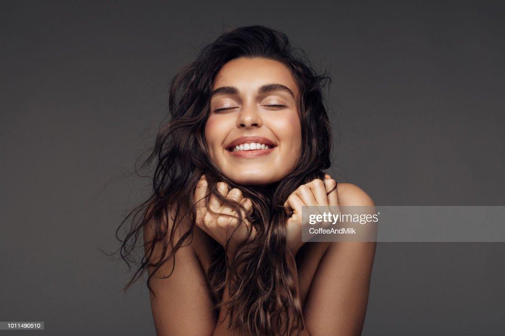 Retrato de uma jovem mulher com um lindo sorriso : Foto de stock