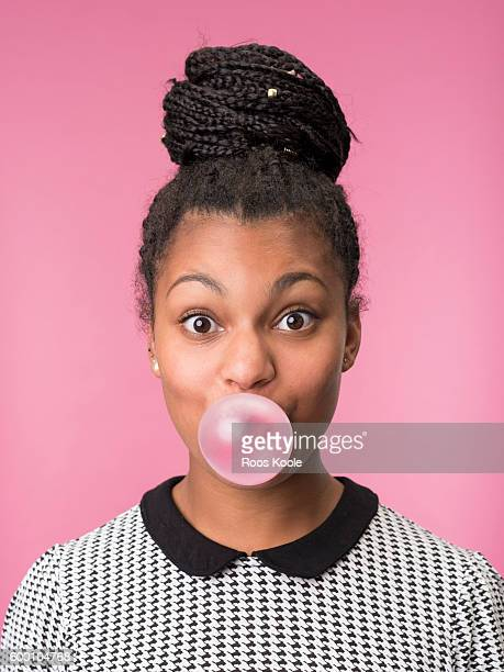 portrait of a young woman with bubblegum. - soplar fotografías e imágenes de stock