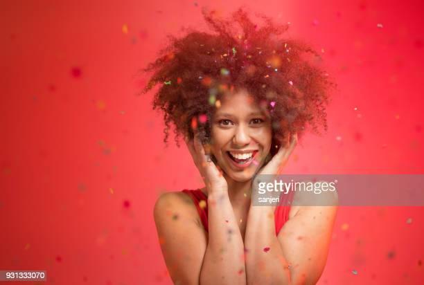 porträtt av en ung kvinna med konfetti flyger runt henne - flying solo after party bildbanksfoton och bilder