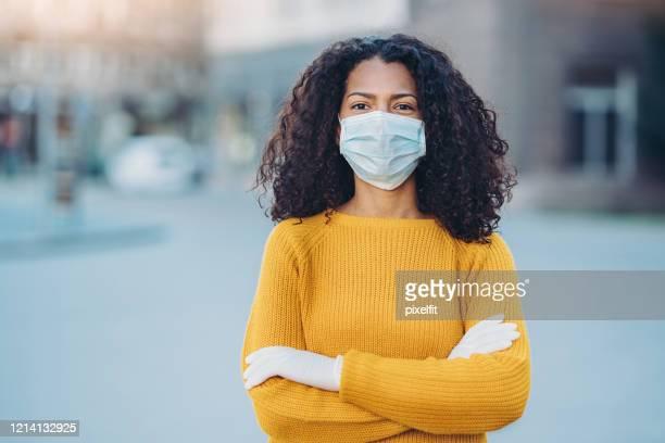 retrato de uma jovem com máscara facial ao ar livre na cidade - só uma mulher jovem - fotografias e filmes do acervo