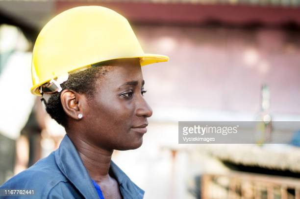 portrait of a young worker in her workplace. - femme ivoirienne photos et images de collection
