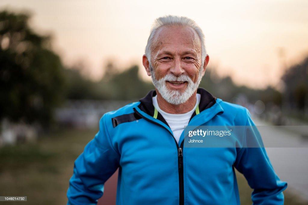 Portret van actieve senior man die lacht : Stockfoto