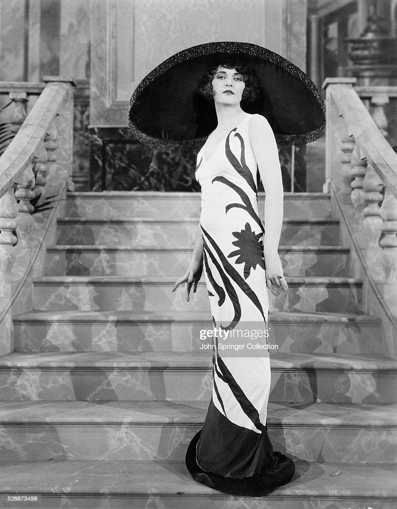Actress Dorothy Dwan on Stairs : Fotografía de noticias