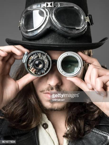 Porträt des erwachsenen Mannes mit handgefertigten Steampunk Smart Brille