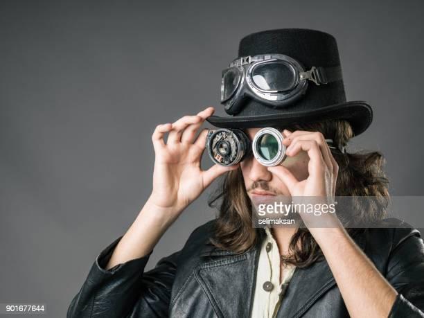 portrait d'un homme adulte, portez des lunettes à la main steampunk smart - moteur de recherche photos et images de collection
