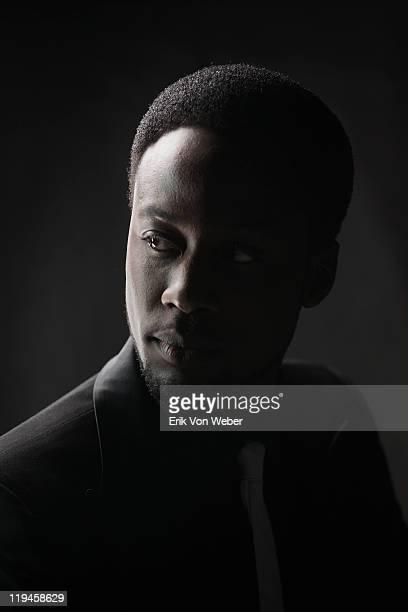 portrait of adult on black background - low key - fotografias e filmes do acervo