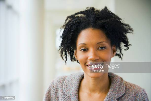 portrait of african businesswoman - 30 39 jaar stockfoto's en -beelden