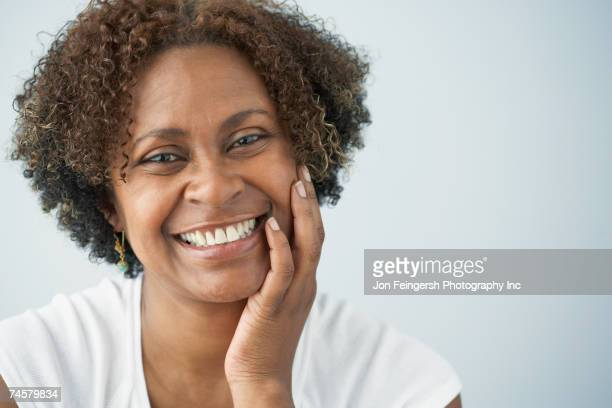 portrait of african woman with hand on cheek - 40 49 jaar stockfoto's en -beelden