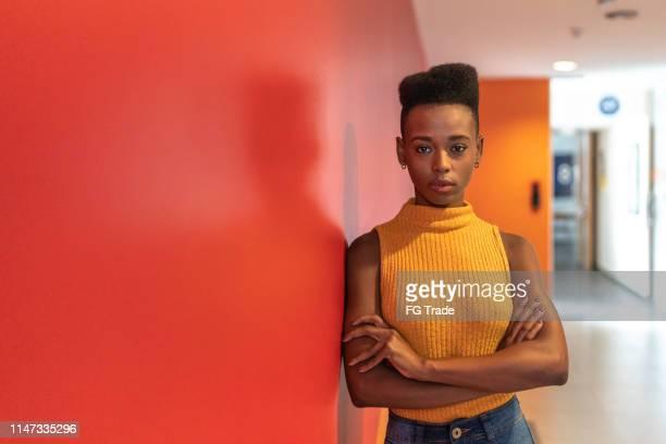 retrato da mulher de negócios nova africana - preto - fotografias e filmes do acervo