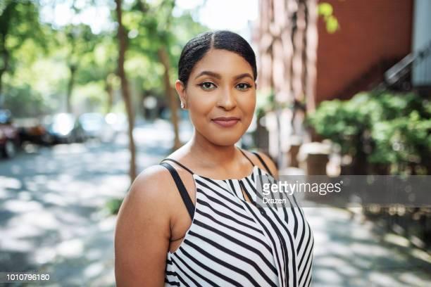 retrato de hermosa mujer joven afro-del caribe en ropa casual - mujer gorda fotografías e imágenes de stock