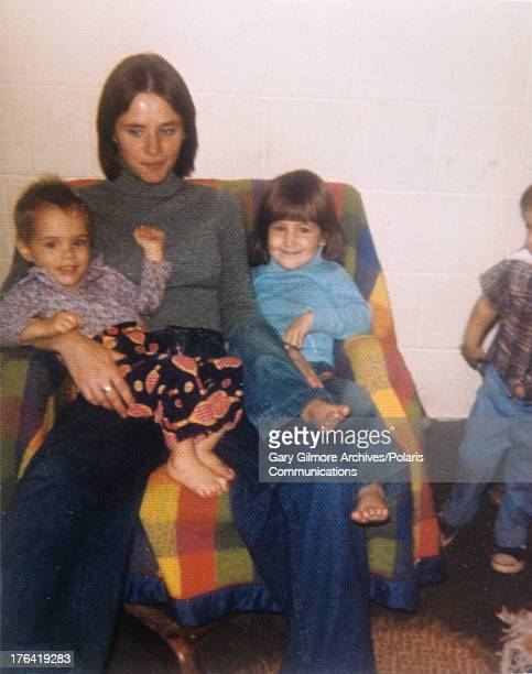 Portrait of American teenage mother Nicole Baker with her two children Sonny and Jeremy 1977 Baker dated and lived with convicted felon and later...