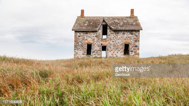 portrait of an abandoned stone farmhouse - 石造りの家 ストックフォトと画像