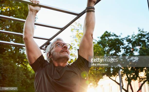 portrait of an active senior man doing exercise in the city of berlin - estilo de vida ativo imagens e fotografias de stock