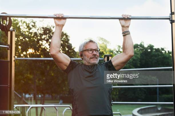 portrait of an active senior man doing exercise in the city of berlin - sportkleidung stock-fotos und bilder