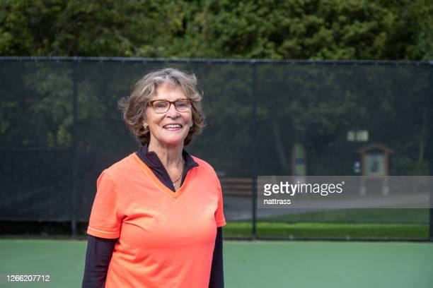 portret van een actieve hogere vrouw - racket sport stockfoto's en -beelden