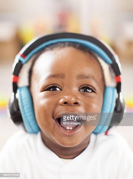 Retrato de un bebé africana usando teléfonos y cabeza
