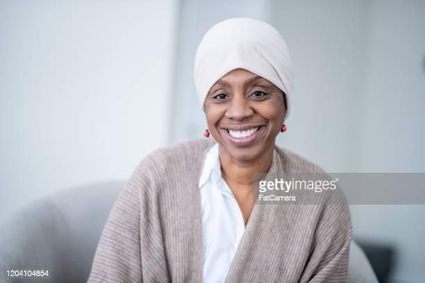 がんストック写真を持つアフリカ人女性の肖像 - ヘッドスカーフ ストックフォトと画像