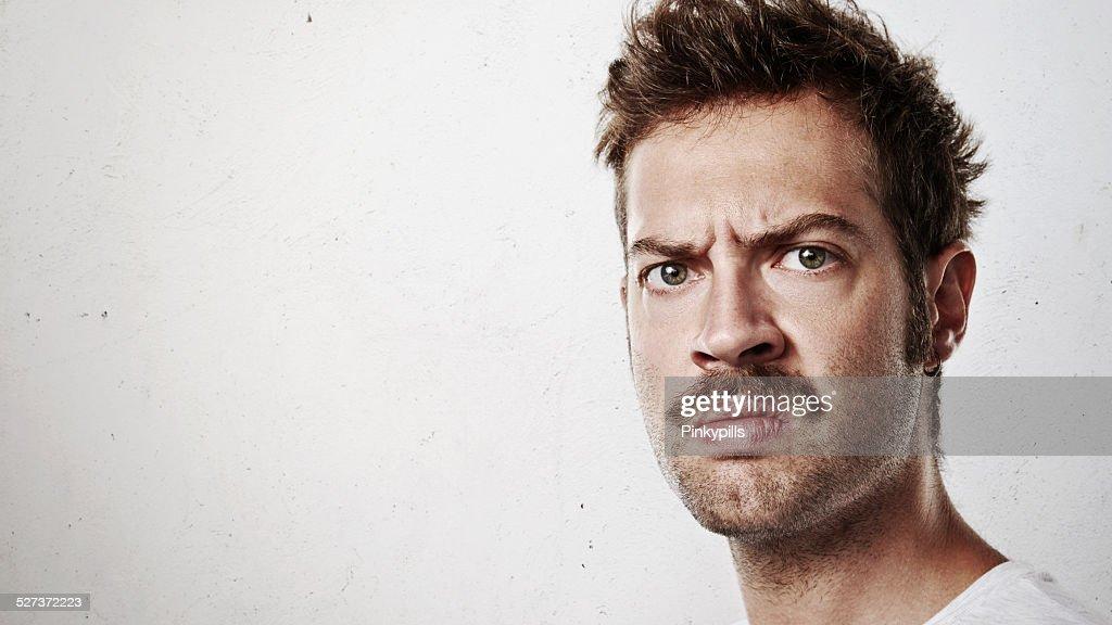 Porträt einer wütenden Mann mit Schnurrbart : Stock-Foto