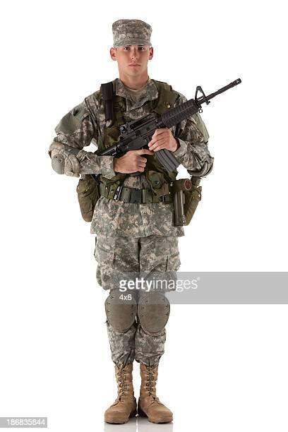 Porträt einer Armee Mann hält ein Gewehr