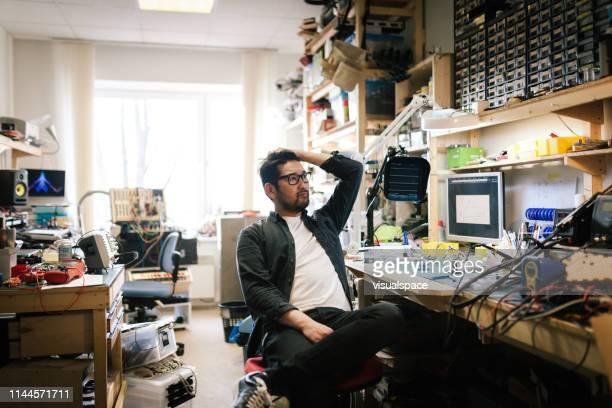 ritratto di ingegnere informatico asiatico - disordinato foto e immagini stock