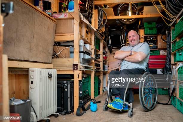 彼の小屋で障害を持つアスリートの肖像画 - 心の健康 ストックフォトと画像