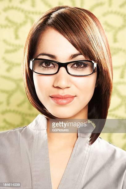 Portrait d'une belle femme en noirs des lunettes