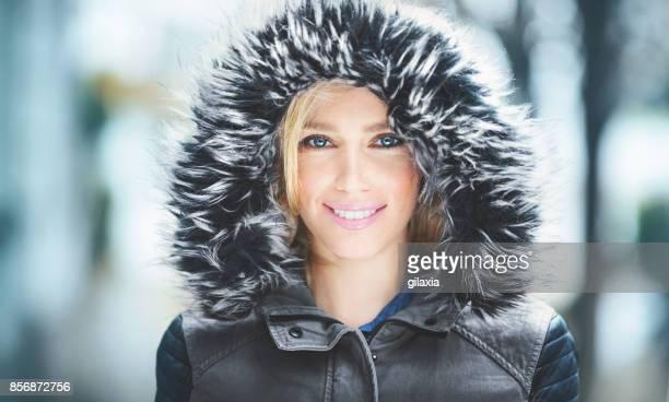 retrato de una atractiva mujer en ropa de invierno. - chaqueta rosa fotografías e imágenes de stock