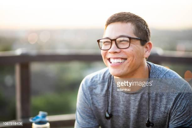 一個有魅力的年輕人的肖像 - 20多歲 個照片及圖片檔
