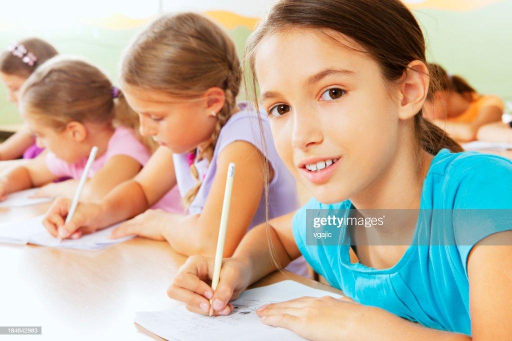 ポートレートのかわいい小さなスクールガールのスクール形式 : ストックフォト