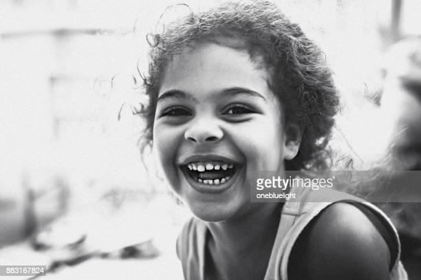 retrato de uma criança em êxtase - preto e branco - fotografias e filmes do acervo