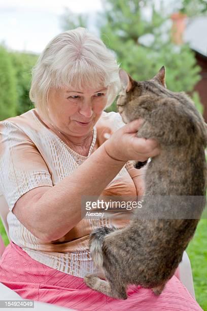 Portrait einer älteren Frau mit Katze