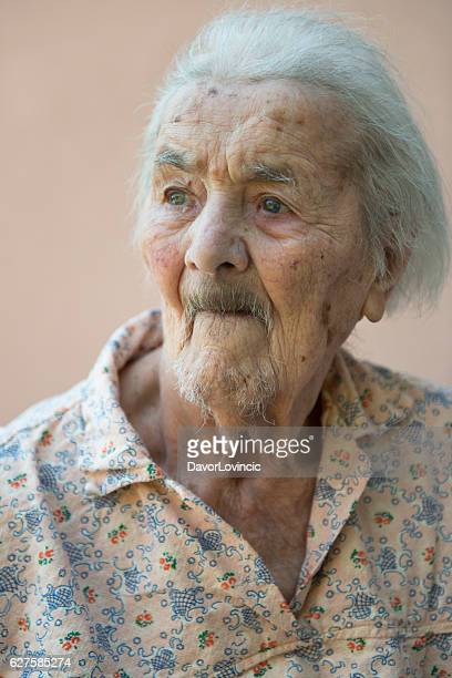 portrait of an very  old lady with look on left - femme poil photos et images de collection