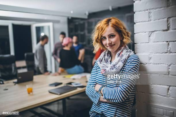 porträt eines jungen confidente geschäftsfrau - frauenpower stock-fotos und bilder