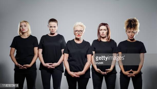 portrait of angry women with hands clasped - t shirt preta imagens e fotografias de stock